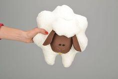Deko-Objekte - Stofftier Kissen Schaf - ein Designerstück von KleineDekorDingefuersZuhause bei DaWanda