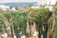 Vel fire mil med biltur opp fra den andalusiske kysten finner vi «det virkelige Spania» med byen Ronda. Selv for oss fjellvante skandinavere er synsinntrykket spektakulært, vegetasjonen er helt annerledes 1000 meter over havet enn hva vi er vant til nede i vannkanten der vi vanligvis ferdes. http://www.spania24.no/ronda-i-andalucias-fjellverden/