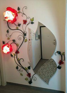 Lampada da parete. Altezza 200 cm, larghezza 70 cm, con 2 rose di 32 e 25 cm di diametro e 4 farfalle a calamita. Il ramo è scomposto in 3 sezioni.