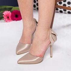 Pantofi stiletto aurii din satin. Inaltimea tocului este de 10,5 cm Pumps, Heels, Satin, Fashion, Heel, Moda, Fashion Styles, Pumps Heels, Elastic Satin