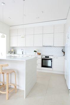 valkoinen välitila ja beige lattia. Laatat ABL-Laatat #keittiö #laatat #abllaatat