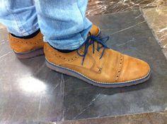 Zapato miel agujeta azul