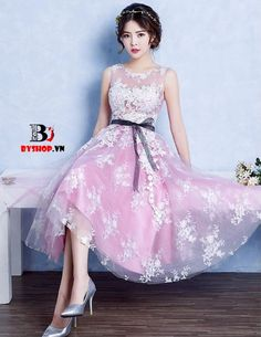 Đầm dạ hội ngắn ren thêu hoa cổ thuyền cao cấp  mang lại cho bạn vẻ đẹp sang trọng, kiêu sa và quyến rũ. Miễn phí giao hàng toàn quốc. Hotline: 0963.477.369.