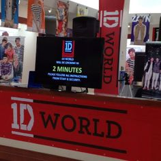 2 minutes until the 1D world chicago was gonna open! I was 1st in line it was incredible!!!