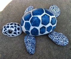 This interesting list of turtle painted rock will give you many ideas. See examples of this extraordinary turtle painted rocks. Turtle Painting, Pebble Painting, Pebble Art, Stone Painting, Diy Painting, Yard Art, Turtle Rock, Art Pierre, Rock Painting Designs