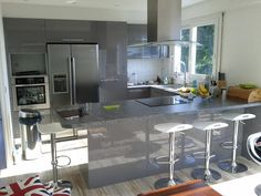Kitchen in U lacquered glossy gray. Design kitchen with dining area bar, fridge . Kitchen Dinning Room, Kitchen Room Design, Apartment Kitchen, Open Kitchen, Kitchen And Bath, Dining Area, Glossy Kitchen, Formica Countertops, American Kitchen