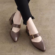 Summer Leather Mid Heels Coffee Sandals Women Shoes Sommer Leder Mid Heels Kaffee Sandalen Frauen Schuhe This. Shoes For School, Latest Shoe Trends, Hot Shoes, Women's Shoes, Shoes Sneakers, Dance Shoes, Womens Shoes Wedges, Summer Shoes, Fall Shoes