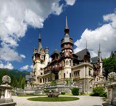 Castelul Peles Sinaia, cea mai cunoscuta resedinta regala din Romania, se afla in statiunea montana Sinaia, pe Valea Prahovei. Constructia castelului s-a realizat intre anii 1875 si 1883, urmand ca, imediat dupa inaugurare, sa urmeze noi planuri de dezvoltare, forma de astazi fiind finalizata in 1914.