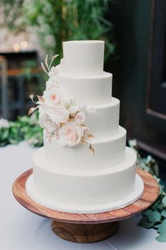 Modern floral accented wedding cake: http://www.stylemepretty.com/2016/01/27/modern-elegant-jewish-new-york-city-wedding/ | Photography: Mademoiselle Fiona - http://mademoisellefiona.com/