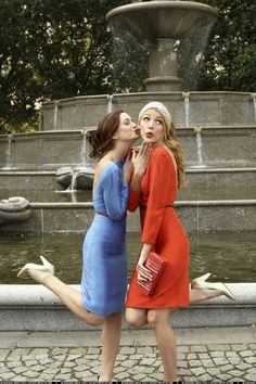 gossip girl blake lively and leighton meester blair and serena Gossip Girls, Gossip Girl Mode, Estilo Gossip Girl, Gossip Girl Outfits, Gossip Girl Fashion, Gossip Girl Blair, Blake Lively Gossip Girl, Gossip Girl Serena, Gossip Girl Style
