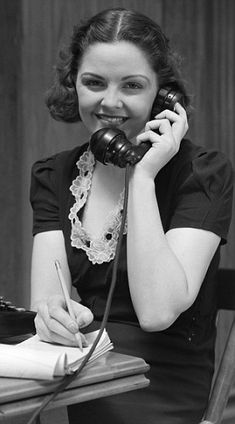 Flirting, smoking and VERY short skirts: Photos of secretaries from the Thirties to the Swinging Sixties reveal office culture of decades past Receptionist, 1930s Fashion, Vintage Fashion, Vintage Office, Vintage Ladies, Vintage Woman, Short Skirts, Flirting, Persona