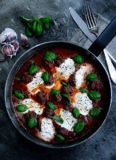 Kødboller i tomatsovs med mozzarella