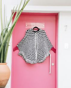 A porta rosa charmosa do @style_market serviu - e combinou - de cenário para o clique do poncho comfy & cool da @ludik_label marca própria do e-shop especializada em tops e tricots básicos e acessórios desejo. Digitando o nome na busca do @ilove.e você encontra todos os achados da Ludik para #shop now o seu favorito  #shoponline . . . #decoration #art #fashion #picoftheday #photooftheday #fashionista #mood #shop #shoponline #shopnow #design #cool #glam #vendasonline #materia #decoracao…
