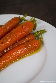Een fijn bijgerecht voor je kerstdiner. Deze heerlijke geglaceerde wortelen met gember, rozemarijn en citroen. De lekkerste wortelen ooit! Vegetarian Recepies, Healthy Salad Recipes, Tapas, Christmas Dinner Menu, Good Food, Yummy Food, Different Recipes, No Cook Meals, Food And Drink