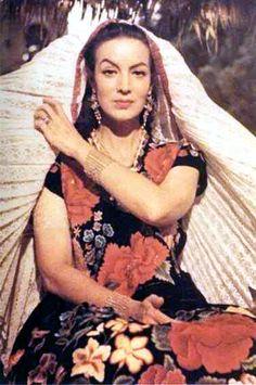Maria Felix con vestido de tehuana, oaxaca. Mexico.