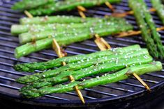 Groene sesam asperges van de grill - BBQKINGS.NLBBQKINGS Winter Bbq, Kamado Bbq, Bbq Skewers, Best Bbq, Bbq Party, Summer Bbq, Bbq Grill, Appetizers For Party, My Favorite Food