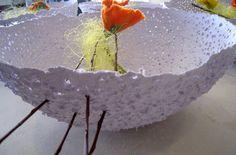 schaal in papierpulp en bloemen in vilt / Marleen Holvoet