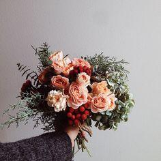 Roses, Brunias, Hydrangea, Conifer and Eucalyptus. 冬色のブーケ… 赤いブルニア、秋色紫陽花、SPバラ、ユーカリ銀世界、コニファー・ブルーアイス