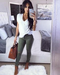 Pin by Sarah Kresch on Outfits & Such in 2019 Mode Outfits, Jean Outfits, Fashion Outfits, Womens Fashion, Outfit Jeans, Light Jeans Outfit, Shirt Outfit, Fall Winter Outfits, Summer Outfits