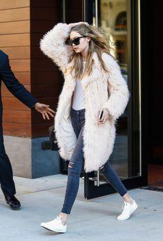 ab5ad5d52 Furry coat over jeans & sneaker Moda Uliczna, Sztuka Malowania Paznokci,  Styl Uliczny,