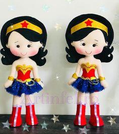 Mulher maravilha em feltro - Como Fazer Sock Dolls, Felt Dolls, Heloween Ideas, Wonder Woman Party, Dolls And Daydreams, Fondant Figures, Felt Patterns, Sewing Dolls, Wedding With Kids