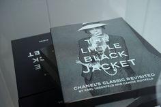 The Little Black Jacket: homenaje a uno de los íconos de Chanel.  Visita la versión electrónica de esta exposición fotográfica que se presentó en Tokio.