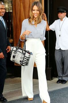 Honestly Elegant from Celebrity Street Style Does she ever have an off day? Jessica Alba stuns yet again in loose white trousers and a sleek blouse. Work Fashion, Star Fashion, Fashion News, Fashion Outfits, Travel Outfits, Fashion Fall, Curvy Fashion, Fashion Bloggers, Fashion Clothes