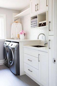 """Com as metragens cada vez menores dos apartamentos e até de algumas casas, a lavanderia acaba """"ganhando"""" aquele cantinho anexo da cozinha ou o que """"sobra"""""""