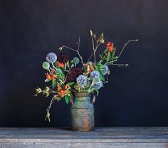 This thistle arrangement recipe, as presented in the book: six branches of acorn, five sprays of globe thistle, four dahlias, five stems of euphorbi