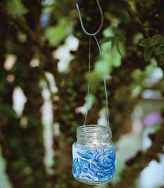 O potinho virou luminária para festa e ficou ainda mais charmoso envolto por uma faixa de tecido estampado