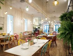 """Today I'd like to recommend one of my latest discoveries: the new restaurant """"El Columpio"""" located in Chamberí. Design Bar Restaurant, Cafe Restaurant, Coffee Shop Design, Cafe Design, Cafe Bar, Home Staging, Cafeteria Decor, Retail Design, Interior And Exterior"""