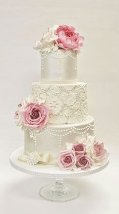 A lovely vintage wedding cake with lace and edible roses, Sannas Tårtor♡