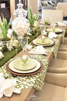 Green and White Easter Table Setting – Home with Holliday Mesa de Pascua verde y blanca – Inicio con Holliday Easter Table Settings, Easter Table Decorations, Easter Decor, Spring Decorations, Tree Decorations, Beautiful Table Settings, Deco Table, Holiday Tables, Christmas Tables