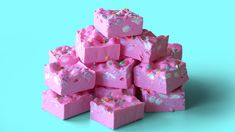 Bubble-gum flavoured white chocolate fudge with mini marshmallows and confetti rainbow sprinkles on top. Fun Baking Recipes, Fudge Recipes, Candy Recipes, Sweet Recipes, Simply Recipes, Snacks Recipes, Kitchen Recipes, Baking Ideas, Kreative Desserts