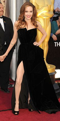 Comentários da nossa editora, Mariana Kalil, sobre o Oscar 2012: Achei vulgar essa coisa de ficar toda hora - no tapete vermelho e no palco - mostrando a perna na fenda do Versace. Jolie não precisa disso.    2) Achei que podia ter prendido o cabelo e ter tido um pouquiiinho mais de postura de superstar.
