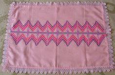 Este centro de mesa foi feito em tecido próprio para vagonite. Como não sei fazer crochê, arrematei com renda de agripin. Desejo  à todos o...