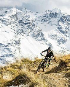 288 отметок «Нравится», 3 комментариев — graubuendenBIKE (@graubuendenbike) в Instagram: «Flahsback by @hannahbarnes66: snowy mountains and flowy Alpine trails. @jankaslphoto»