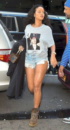Rihanna in Trapvilla paired with a Louis Vuitton bag and Timberland boots our in NYC. Mode Rihanna, Rihanna Street Style, Rihanna Fenty, Rihanna Outfits, Rihanna Clothes, Rihanna Fashion, Casual Outfits, Summer Outfits, Cute Outfits