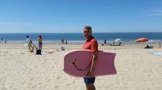 Hoy estoy disfrutando de un maravilloso día de playa me gusta nadar con mi tabla de bodyboard pero no la uso para coger olas