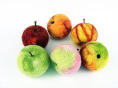 3 #Äpfelchen #gefilzt #Tischdeko #Jahreszeitentisch #Herbst #Wohnkultur #Obst #Filzobst #Filzfrüchte #Tischdekoration #Filzdeko #antroposophisch #Winterdeko #Winter #TaFiO #TaFiOLand #handgefilzt #Filz #Apple #felted #Felt #fruit #table #decorations fall #season #table #home #decor #fruit felt fruit. Table decoration