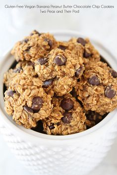 Banana Peanut Butter Banana Peanut Butter Cookies Gluten-Free Vegan Banana Peanut Butter Chocolate Chip Cookie Recipe on twopeasandtheirpo… Healthy cookies have never tasted so good! Gluten Free Sweets, Vegan Sweets, Healthy Sweets, Healthy Baking, Dessert Healthy, Peanut Butter Banana Cookies, Gluten Free Chocolate Chip Cookies, Chocolate Chip Oatmeal, Chocolate Chips