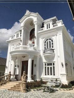 Classic Home Decor Themes That Are Always In Style Classic House Exterior, Classic House Design, Modern Exterior House Designs, Dream House Exterior, Dream Home Design, Modern House Plans, Modern House Design, Exterior Design, Neoclassical Architecture