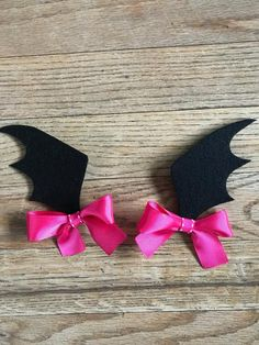 """💜🦇💜Whoaaaaa! Vampirina!💜🦇💜 How adorable are these Vampirina inspired hair clips?!?! These batwing measures about 2.5"""" High and are attached to a lined alligator clip or goody hair tie. You may choose either pink💕 or purple 💜 hair bows. **This will come as a SET OF 2 Hair clips or 2 hair ties** Felt Hair Clips, Baby Hair Clips, Metal Hair Clips, Hair Ribbons, Diy Hair Bows, Ribbon Hair, Halloween Bows, Halloween Crafts, Goody Hair Ties"""
