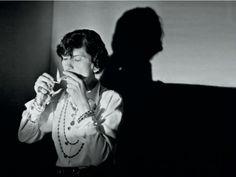 """Com uma trajetória marcada pela polêmica, sexo e política, Coco Chanel tornou-se uma das maiores figuras do universo da moda. A partir de uma pesquisa sobre seu comportamento e diversos períodos de sua vida, o Café Salão Nalva recebe a exposição permanente """"Coco Chanel – Moda em tempos de guerra"""", parte do projeto 'Nalva faz...<br /><a class=""""more-link"""" href=""""https://catracalivre.com.br/natal/agenda/gratis/ensaio-fotografico-reconstroi-diversos-periodos-da-vida-de-coco-chanel/"""">Continue…"""