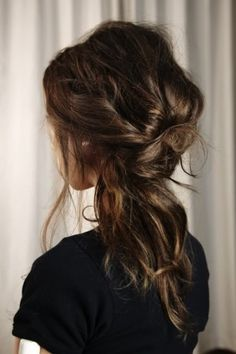 Love this messy hair look.