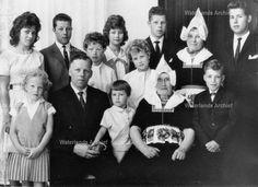 Evert Koning (Evert van Piet van Broer), veehouder 1914-2005. Gehuwd in 1939 met Grietje Waayer 1917-1999. Kinderen: Cornelia HM 1940-?; Cornelis HM, zeilmaker 1941-; Pieter HM, loodgieter 1943-; Johannes EM, timmerman 1945-; Maria JC 1947-; Johanna CM 1948-; Afra MM 1951-; Margaretha GM 1952-; Albertus T, timmerman 1954-; Geertruida JM 1956; Anna BM 1958-. #NoordHolland #Volendam