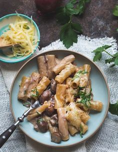 Rezept für sehr cremige One Pot Pasta mit Pilzen, karamellisierten Zwiebeln und nach Wunsch im Ofen überbacken