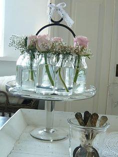 kleine glazen potjes met roze bloemetjes in -> yoghurtpotjes sparen!