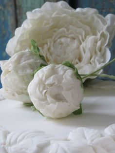 White peony and buds on an embossed leave wedding cake