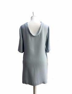 """Petite robe bleu ciel avec dos plongeant """"col bénitier"""", manches 3/4, longueur genou et poches latérales."""
